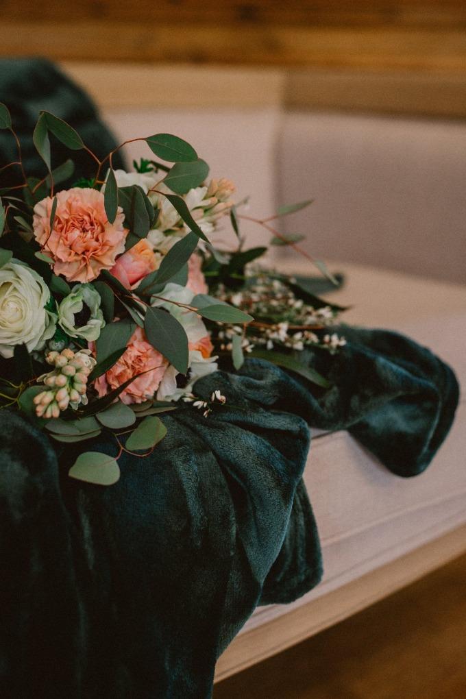 sterenn-officiante-ceremonie-laique-canape-maries-bouquet-mariee-plaid-vert-foret-45