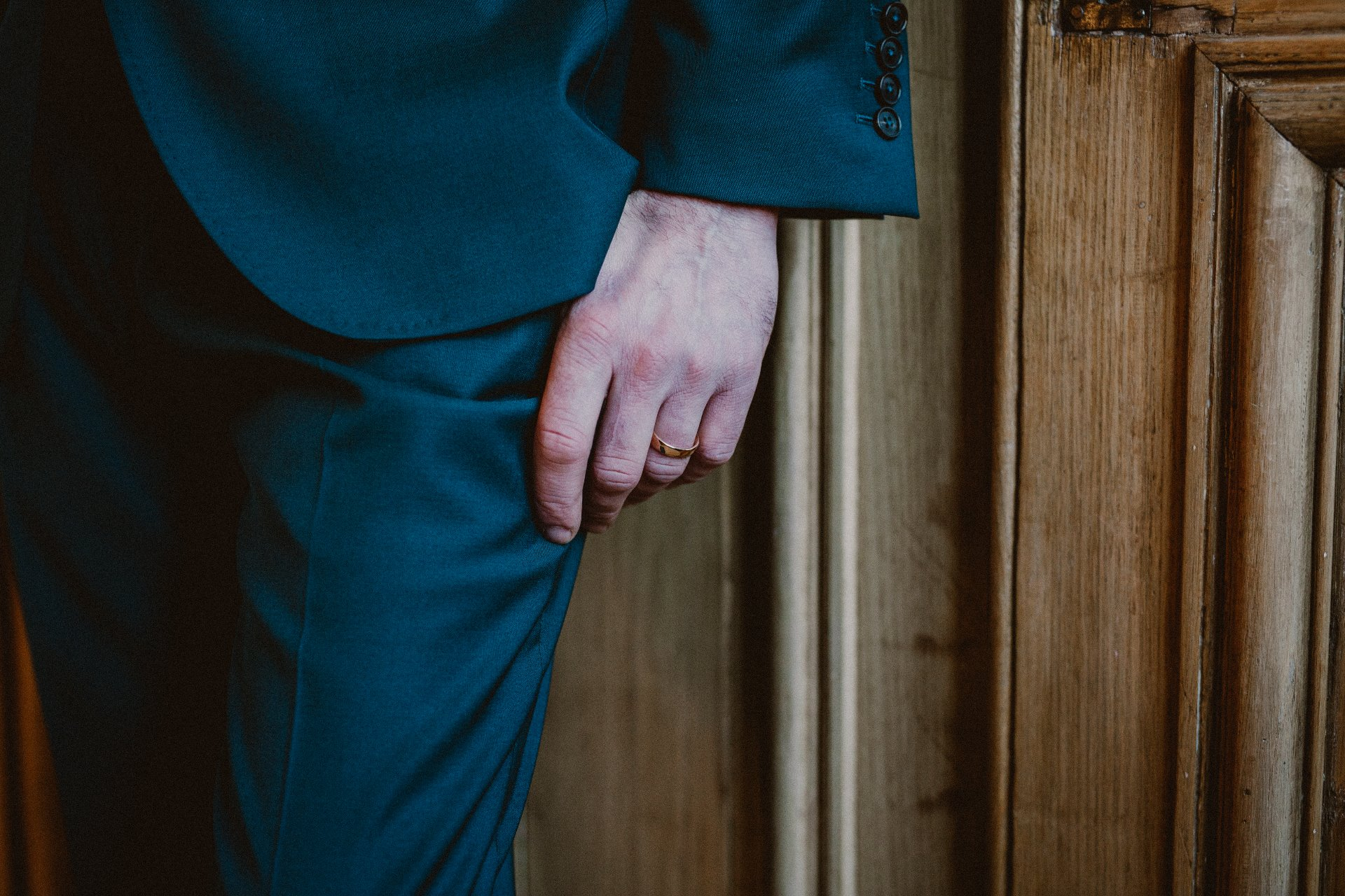 sterenn-officiante-ceremonie-laique-costume-marié-vert-foret-262