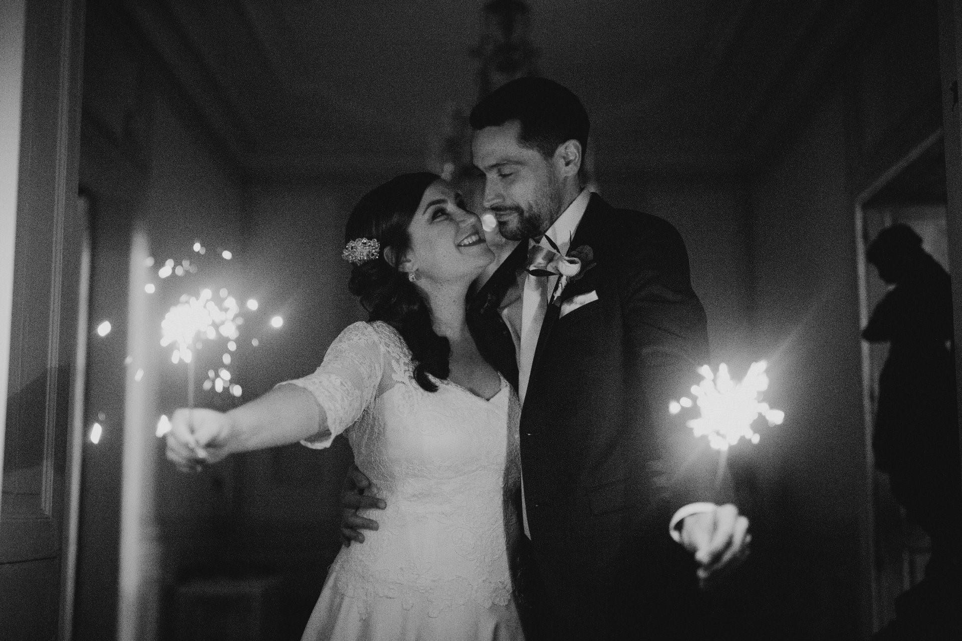 sterenn-officiante-ceremonie-laique-bengale-scintillant-nuit-elopement noir et blanc