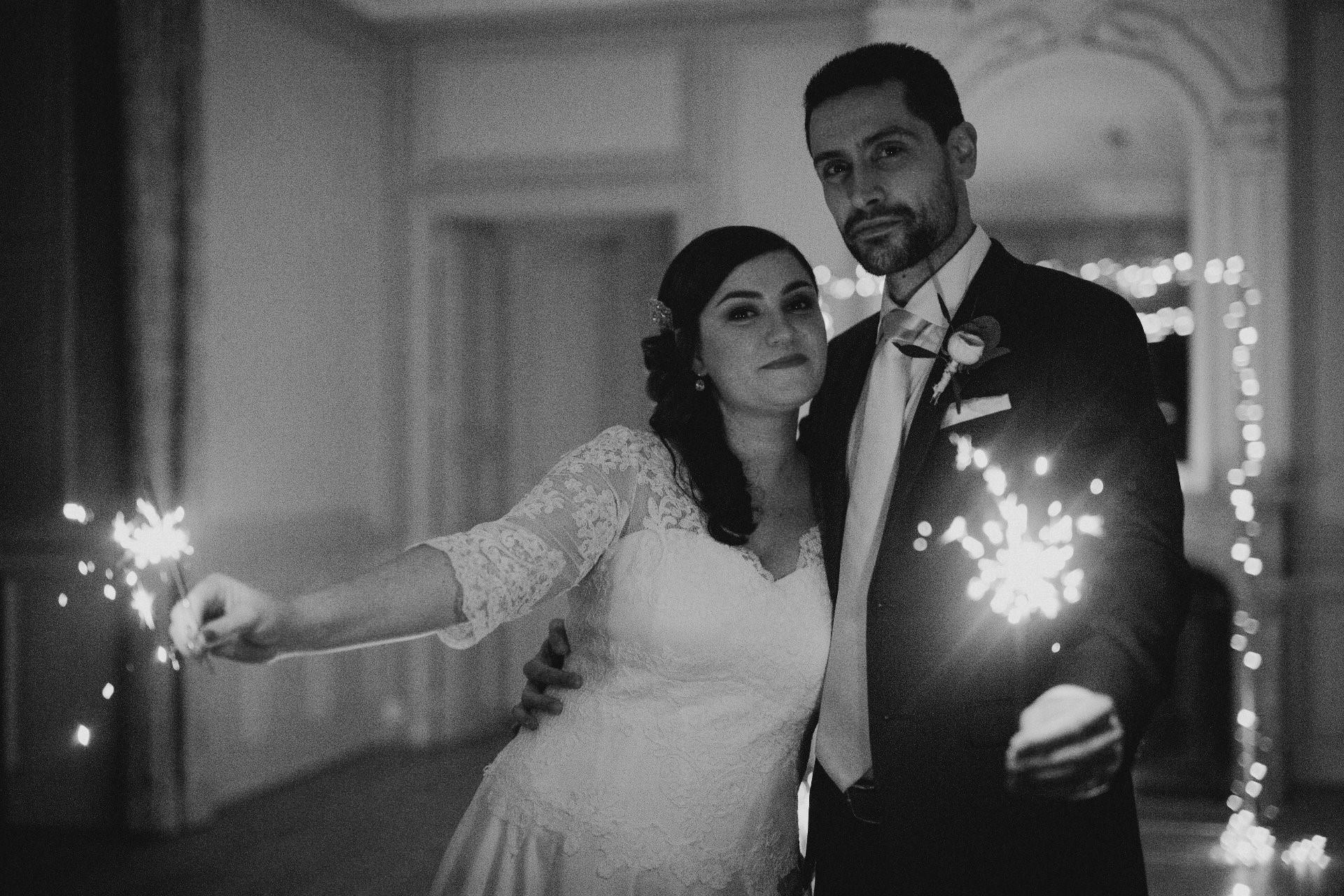 sterenn-officiante-ceremonie-laique-elopement-feux-bengale-nuit noir et blanc