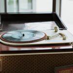 sterenn-officiante_ceremonie-laïque-bretagne-rennes-inspiration-bordeaux-bar à vinyles