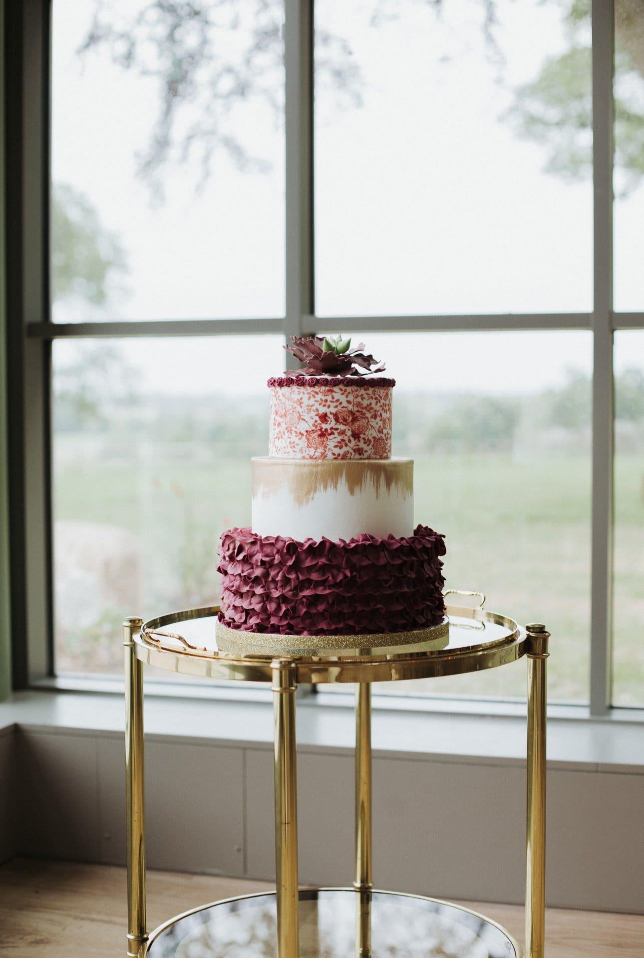 sterenn-officiante_ceremonie-laïque-bretagne-rennes-inspiration-bordeaux-table-vaisselle-vintage-wedding cake bordeaux doré