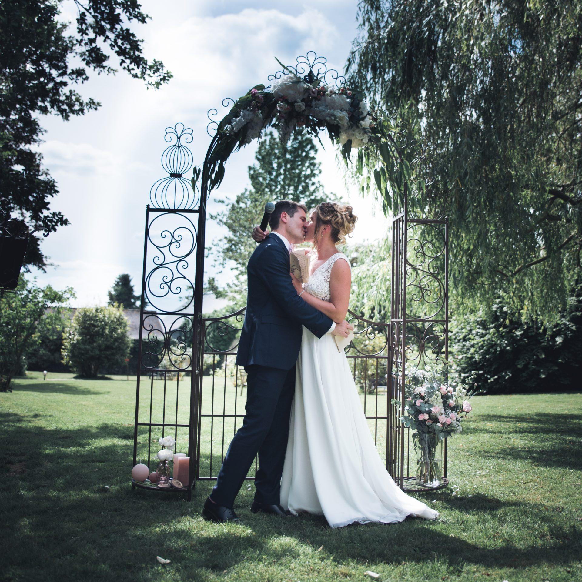 sterenn-officiante_ceremonie-laïque-bretagne-rennes-Amélie-Charles-François-arche-baiser-mariés