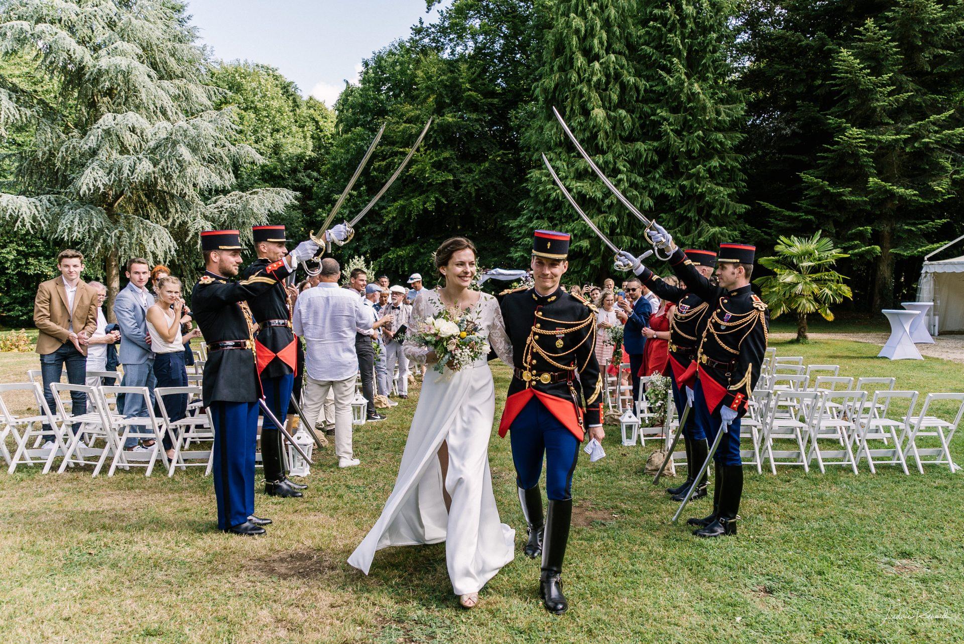 sterenn-officiante_ceremonie-laïque-bretagne-rennes-Elsa-Jean-Baptiste-sortie-mariés-cavalerie