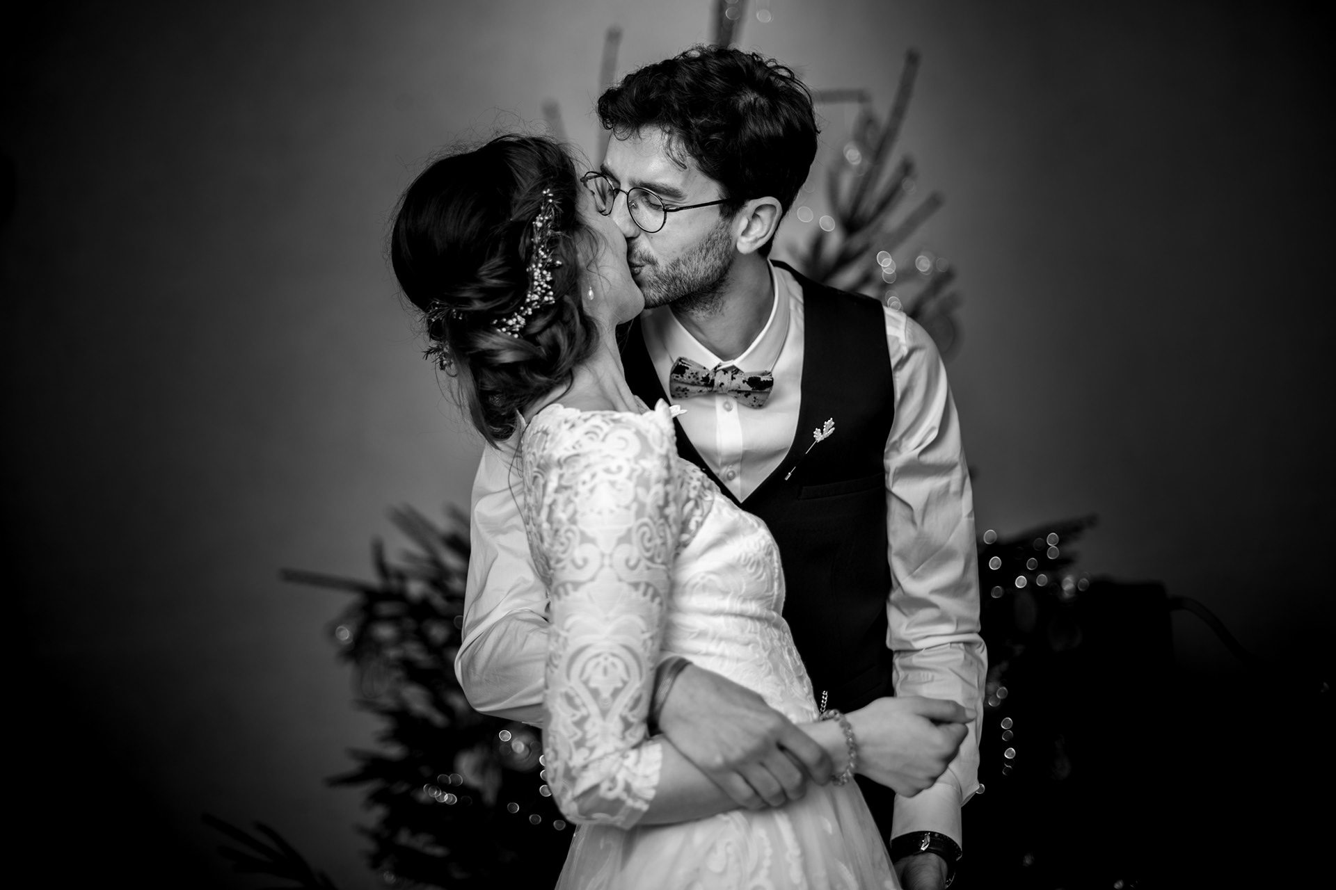sterenn-officiante_ceremonie-laïque-bretagne-rennes-Romane-Nicolas-baiser-mariés